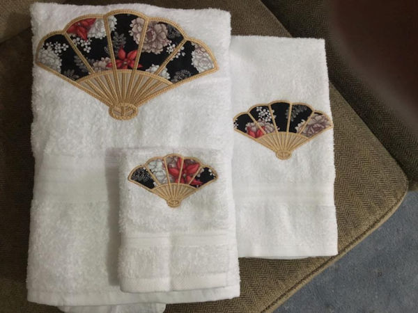 Applique Towel Set by Rosemarie